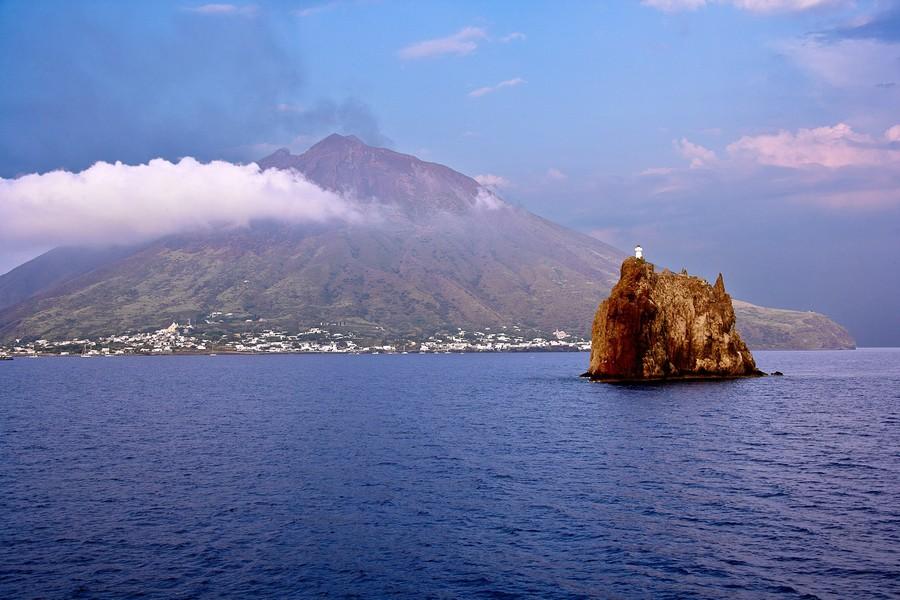 6italy-sicily-stromboli-volcano